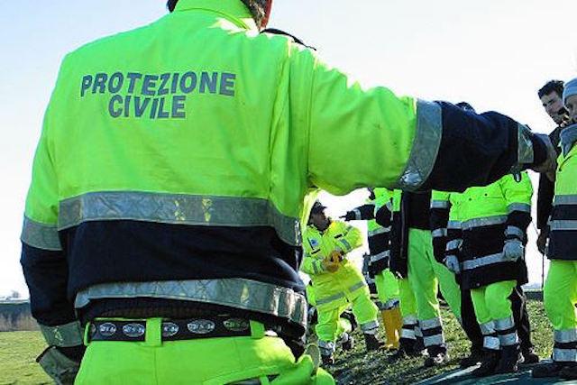 Malonno, Protezione civile e Vigili del fuoco al lavoro per spegner eun incendio nei boschi