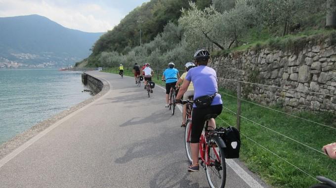 Biciclette elettriche. Mentre si cerca il gestore, sul Sebino si pedala alla scoperta del territorio