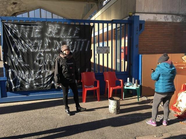 Nadro di Ceto, ex operaia della Nk protesta davanti ai cancelli dell'azienda chiusa da due anni