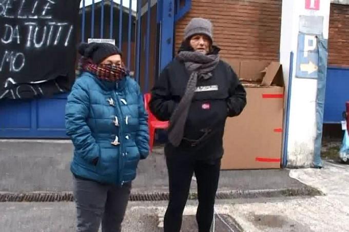 NK, la protesta delle ex operaie continua fuori dalla sede della Comunità Montana