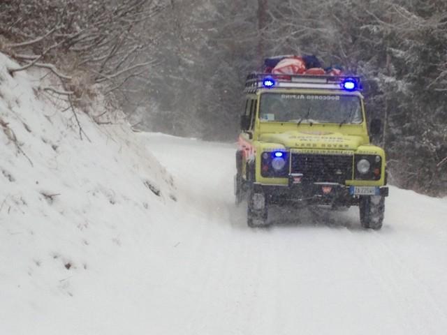 Edolo, intervento del Soccorso alpino in località Mola per un mezzo ribaltatosi a causa del ghiaccio