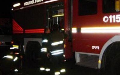 Vezza d'Oglio, i Vigili del fuoco domano l'incendio di un tetto