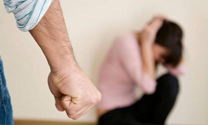 Pian Camuno, picchia la moglie in strada: arrestato 42enne