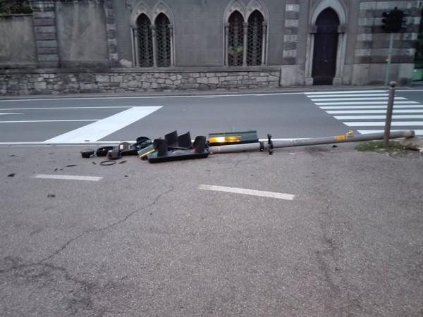 Manovra errata all'alba: semaforo abbattuto in centro a Breno