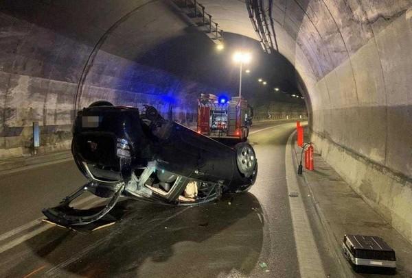 Si ribalta con l'auto in galleria ad Iseo, ferite per un 21enne