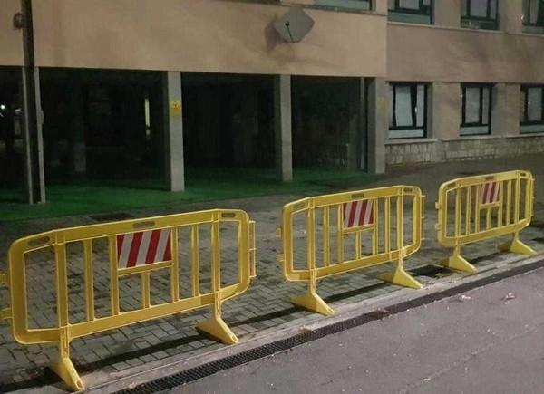 Provaglio d'Iseo, cade il cancello della scuola a pochi passi dagli studenti