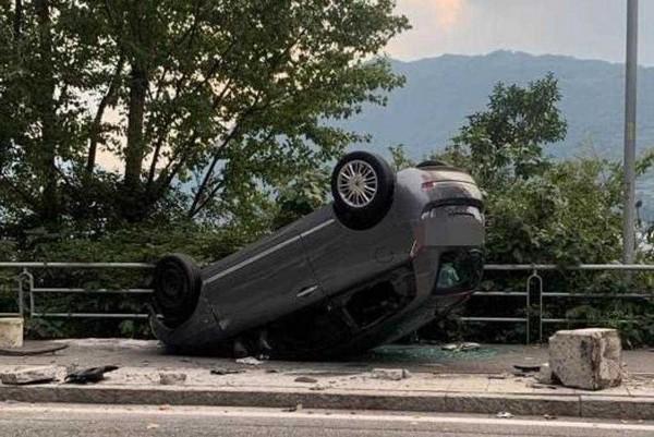 Si ribalta con l'auto a Sale Marasino, illesa 35enne