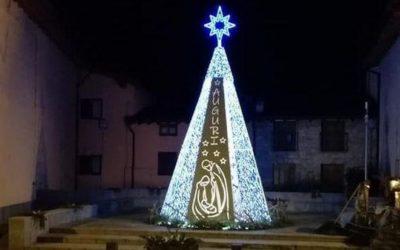 Ossimo, l'albero di Natale in piazza è frutto dei volontari