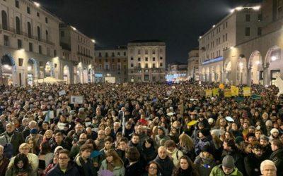 """Brescia, le """"sardine"""" hanno invaso Piazza Vittoria"""