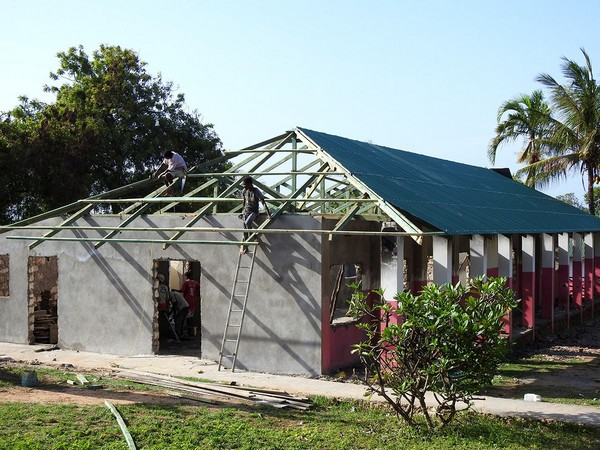 Una raccolta fondi per ricostruire il dormitorio distrutto dalle fiamme in Kenya
