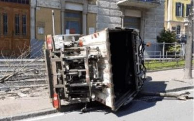 Edolo, fa manovra ma non vede il furgone: mezzo ribaltato