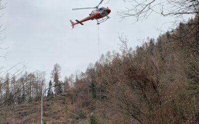 Astrio, un elicottero all'opera per ripulire il bosco colpito dalla tempesta Vaia