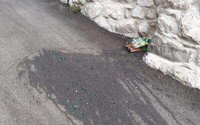 Atti vandalici nella notte a Cerveno: rifiuti in strada, bottiglie rotte e l'ingresso della scuola forzato