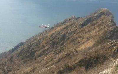 Non riescono a proseguire sulla Corna Trentapassi, li recupera l'elicottero dei Vigili del Fuoco da Malpensa