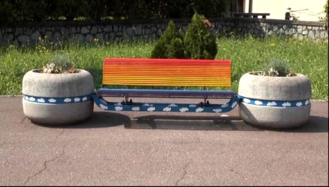 Berzo Inferiore, ecco la prima panchina arcobaleno camuna